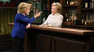 SNL's Kate McKinnon i rollen som Hillary Clinton over for den virkelige Hillary Clinton i en sketch, som er sjov, men heller ikke så sjov igen. Det spændende er at se en magtfuld stivstikker på udebane.