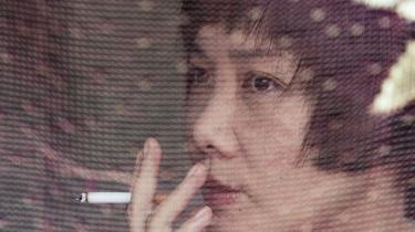 I Maos Kina bar kvinder den halve himmel. Nu er kinesiske kvinder blevet et påhæng til deres mænd, siger den kinesiske debattør, forfatter og feminist Huang Wen og opfordrer kinesiske kvinder til at tage deres krop tilbage: De skal lære at elske sig selv og kræve ligestilling