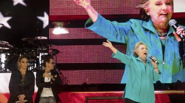 Jennifer Lopez og Marc Anthony lader op til det moment, hvor Hillary Clinton skal på scenen. Til sidst kommer hun. 69 år gammel i en turkis jakke spadserende ind fra venstre. Hun citerer Michelle Obama: 'Når de andre bliver for lave, skal vi hæve niveauet,' siger Hillary Clinton og minder om, hvor meget, der er på spil: 'Det er det vigtigste valg i vores livstid.'