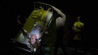 Teaterinstruktøren Katrine Wiedemann fortæller fuldstændig uden filter i sin bog 'Ved gudernes bord'. Her er det Sofie Gråbøl i en vidunderligt uvirkelig på-hovedet-scene fra Et 'Drømmespil' på Betty Nansen Teatret i 2008.