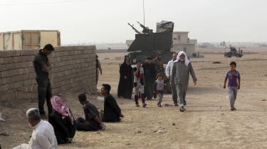 Irakiske soldater afhører formodede Islamisk Stat-krigere i nærheden af Mosul. Krigere fra Islamisk stat får udleveret en pille, som virker opkvikkende og dæmper ens sult, inden de bliver sendt i krig.