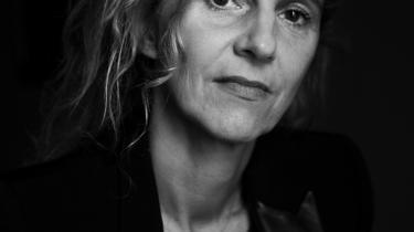 Forfatteren Delphine De Vigan går til forsvar for fiktionens mangfoldige beskrivelse af virkeligheder i sin seneste bog.