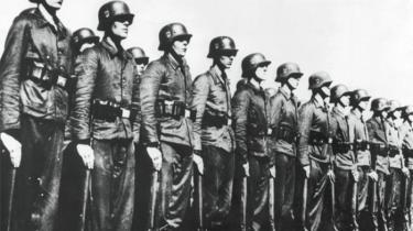 I det sandsynligvis sidste retsopgør efter Anden Verdenskrig opgiver statsadvokaten at rejse tiltale mod to tidligere Frikorps Danmark-soldater, der var vagter i en militærlejr i Hviderusland, hvor jødiske fanger blev dræbt