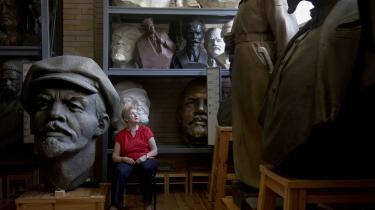 'Hviderusland hører til den del af Europa, hvor man stadig kan rejse statuer af obskure konger og helte, hvis eksistens er netop så usikker, at den ikke kan forstyrre nogen, medmindre da også nabostater kan gøre krav på dem,' skriver Swartz om besøget i Minsk.