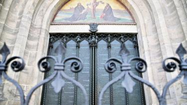 Peter Tudvads roman foregår i reformationstiden, og hovedpersonen, grev Manteuffel, har det med at dukke op, hvor det sner: i Wittenberg, hvor Martin Luther slog sine 95 teser op på kirkens port (foto), i Wien, som er truet af tyrkerne, i Rom, Venedig og Nürnberg.