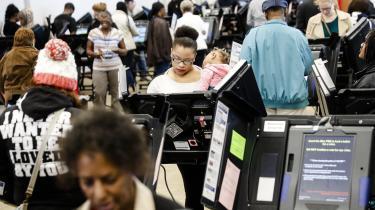 Mange af de stemmemaskiner, der benyttes under det amerikanske valg, er nemme at hacke. Men det er svært at bevise, at svindel har fundet sted. Den cocktail kan koste valget sin legitimitet