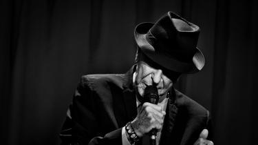 Leonard Cohen er død, 82 år gammel. Han var en elsket sanger og sangskriver. Og så var han en stor digter. Og hele vejen igennem helt sin egen