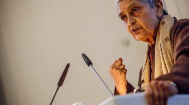 Det postkoloniale og feministiske ikon Gayatri Chakravorty Spivak leverede i sidste uge i København en eksplosiv og krævende forelæsning om den undertrykte, hvis tale ikke har nogen steder at blive hørt. Derfor må vi, de privilegerede, holde os tilbage på vegne af de undertrykte, fastslog hun igen og igen i en talestrøm, der tog pusten fra Informations udsendte