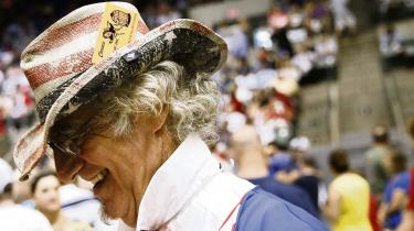 Michael DiBari fra New Orleans, Louisiana med et Hillary Clinton 'Get out of Jail' Matador-kort i hatten inden et Donald Trump valgmøde den 24. august, 2016. Sociologen Arlie Russell Hochschild har i fem år rejst i staten for at beskrive Trump-vælgernes bevæggrunde.