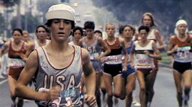 Amerikanske Joan Benoit vinder maratonguld ved De Olympiske Lege i 1984, som var første gang, den mytologiske distance var på OL-programmet for kvinder.