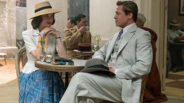 Spionerne Marianne (Marion Cotillard) og Max (Brad Pitt) giver den som forelsket ægtepar i Robert Zemeckis' romantiske drama, 'Allied'.