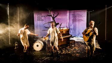 Brechts digt 'Sang mod Krigen' bliver fortolket på Baggårdteatret af tre begavede mænd i universelt outfit – den tysk-amerikanske skuespiller Leif Eric Young, den danske skuespiller Jens Gotthelf og Saybia-musikeren Søren Huss.