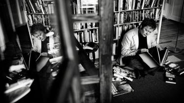 """""""Dels er han morsom – grumt morsom, selvfølgelig – dels er han ligefrem – grov, selvfølgelig – og endelig er han noget så sjældent som en original forfatter, der faktisk tilfører den danske litteratur noget, der ikke var der i forvejen"""""""