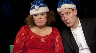 Det kræver en del akrobatisk snilde af Lone Rødbroe og Jacob Morild at kravle op på Cafe Livas barstole – og det skaber hulkende grin hos publikum til årets julecabaret i Nyhavn.