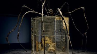 Louise Bourgeois' meterstore kæmpeinstallationer, der i øjeblikket kan ses på Louisiana, er udført i genbrugsmaterialer, byggeaffald og personlige genstande. De er nærmest små bygninger, men på ingen måder almindelige. Her ses 'Spider' fra 1997.