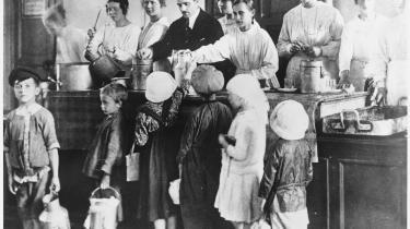 I 'Granitmanden' flygter det unge par, Klara og Ilja, til Petrograd i 1922, fordi de vil deltage i opbygningen af det kommunistiske samfund. Klara kommer til at arbejde med byens mange gadebørn. Her et billede fra 1921 af nogle af de hjemløse børn, der venter på et gratis måltid.
