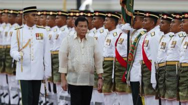 Filippinernes nytiltrådte præsident Duterte har tilladt, at landets tidligere diktator Marcos begraves på kirkegården for nationale helte. Det må forstås som et forsøg på at blåstemple den statsvold, han selv står i spidsen for