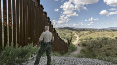 Donald Trump har bebudet, at han vil skabe nye arbejdspladser ved at investere i USA's nedslidte infrastruktur. Men skal han også bruge mellem otte og 25 mia. dollar på at opføre en mur langs grænsen til Mexico, vil statens underskud forøges markant. Her det nuværende grænsehegn ved byen Nogales i Arizona.