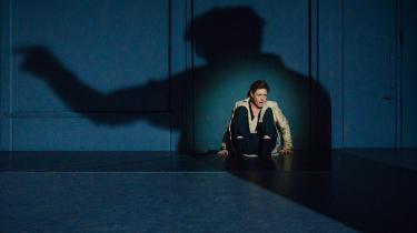 Marina Bouras lader hævnen ryste gennem sig i rollen som Medea i 'REN' på Husets Teater, så man forstår, at hun ikke kan flygte fra sin skæbne – og sin hævn.