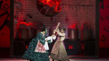 Det groteske univers fra børnebogen 'Alice i Eventyrland' virker ret makabert i Christopher Wheeldons ballet 'Alice', som Den Kongelige Ballet nu har fået på repertoiret.