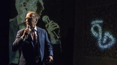 Joen Bille griber manipulerende mikrofonen og besværger folket – og publikum – med sin suveræne herskerdiktion i den stærke monolog 'Det som diktatoren ikke sagde'.