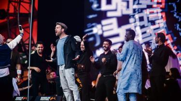 The Orchestra of Syrian Musicians i skyggen af britiske Damon Albarn på Roskilde Festivals Orange Scene i sommer. Deres nye livealbum fejrer kærligheden til musikken og dyrker en tiltrængt eskapisme for musikerne.