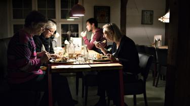 Hvor langt vil du gå, hvis din familie mangler mad på bordet? Vil du banke på en vildt fremmeds dør for at aftage rester fra hans aftensmad?