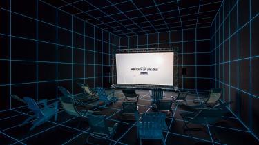 På Charlottenborg har man lige nu mulighed for at opleve Hito Steyerls videoinstallation 'Factory of the Sun', der cementerer kunstnerens position som en af de mest markante og interessante samtidskunstnere. Videoinstallationens overophedede digitale collager undersøger – kritisk og gakket –digitaliseringens konsekvenser for arbejde og liv