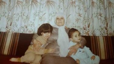 Lilas Htahet (t.h.) med sin bedstemor og søster i barndomshjemmet i Damaskus.