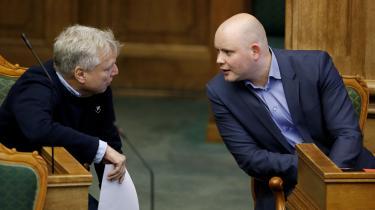 Venstres Jakob Engel-Schmidt (th.), der her sidder sammen med Alternativets Uffe Elbæk, mener ligesom de fleste andre partier i Folketinget, at der skal ses nærmere på, hvordan der beskyttes mod psykisk vold i parforholdet.