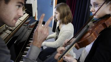 Opdeling af studerende i 'særligt talentfulde' og 'almindelige' har i bedste fald ingen effekt. Et stort internationalt studie blandt musikstuderende viser for eksempel, at det afgørende for de studerendes udvikling er, hvor meget de øver sig – ikke om de er på et særligt talenthold. Her undervisning på Aarhus Musikskole.