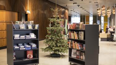Det er en sørgelig jul på Hovedbiblioteket i Aarhus: et par små bitte reoler og et juletræ.