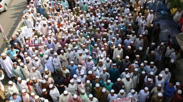 I Bangladesh protesterer muslimer mod angrebene på Rohingya-mindretallet i Myanmar. Ifølge en ny rapport er en oprørsgruppe blandt rohingyanerne samtidig begyndt at få træning af jihadister.