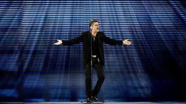 Den britiske popsanger blev 53 år gammel. Ifølge hans udgiver døde han i sit hjem søndag eftermiddag