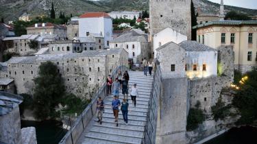 Mostars ikoniske bro fra 1566 blev ødelagt under krigen i Bosnien-Hercegovina i 1990'erne, men den er siden blevet genopbygget og forbinder på ny byens bosnisk-muslimske kvarter i øst og dens kroatiske kvarter i vest.