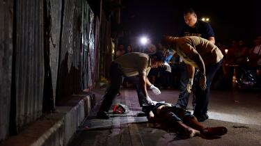 I Dutertes første halve år ved magten er der blevet begået omkring 6.000 såkaldt udenomretslige drab. Omkring 2.300 af dem har politiet taget ansvar for under overskriften 'krig mod narko'. De resterende er 'under efterforskning'.