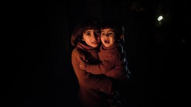 Hun sidder lige uden for blikket, og man undgår hende nemt. Der er altid fyldt omkring hende, i asylcentre og både, i telte, ad motorveje, over grænser. Hun er så mange og helt alene. Hun bliver kaldt fremmed af dem, der glemmer, at de har kendt hende altid.  Hun råber fra Aleppo, Sudan, Somalia og dør, før hun bliver hørt