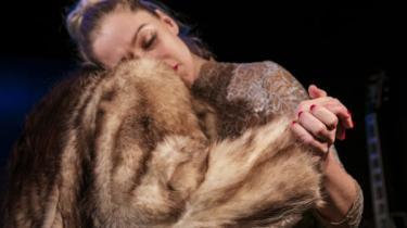 Jeanett Albeck bestrider både rollen som kærlighedssulten superblondine og kælen kapelmester i den skønne intimteaterkoncert 'Er der nogen?' på Får 302.