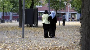 Odense Kommune har haft succes med at gå sygemeldte kontanthjælpsmodtageres lægeerklæringer efter i sømmene. På den måde er ni ud af 10 indvandrerkvinder blevet erklæret jobparate. Derfor vil beskæftigelsesminister Troels Lund Poulsen (V) nu have resten af kommunerne til at gøre det samme.