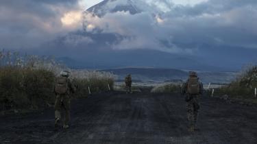 USA har ikke kun udstationeret militærstyrker i Japan for at forstærke landets territorialforsvar, men snarere for at sikre magtbalancen over for Kina, hvilket er i USA's og regionens åbenlyse interesse. Her amerikanske marinesoldater udstationeret på Okinawa på øvelse.