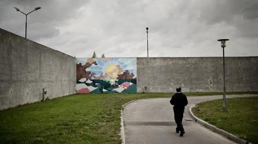 Ifølge Kriminalforsorgens seneste brugerundersøgelse er hver fjerde indsat i danske fængsler blevet mobbet af fængselspersonale, mens 22 procent hævder at være blevet udsat for trusler