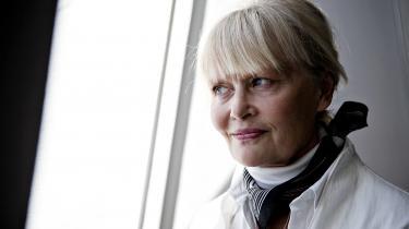 'Skønt hun repræsenterer noget fuldstændig enestående i dansk litteratur, og skønt hun af samme grund har passionerede fans landet over, er det ingen hemmelighed, at hendes bøger oftest er nok så krævende læsning,' skriver Erik Skyum-Nielsen.