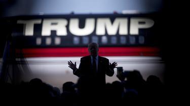 Det er en dyster beretning, den amerikanske journalist David Cay Johnston fremlægger i biografien 'Donald trump – Vejen til Magten'. Der synes ikke at være nogen formildende aspekter ved Trumps personlighed. Alt tegnes i sort. Skumle forbrydere dukker hele tiden op i fortællingen. Trump beskrives som en arbejdsgiver, der tager hævn mod medarbejdere, han opfatter som illoyale. Han fryder sig over at høre om deres fiaskoer.