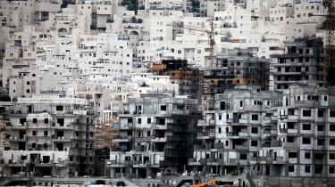 De israelske bosættelser, der tæller mere end 650.000 indbyggere er ulovlige ifølge folkeretten, fordi de er bygget på besat område. Bosættelserne betragtes af såvel FN, som EU og USA som den største forhindring for fred mellem Israel og palæstinenserne.