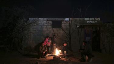 En familie varmer sig ved et ved et bål under en strømafbrydelse på Gaza-striben. I ugevis har de knap 1,9 millioner indbyggere på Gaza-striben kun haft elektricitet cirka tre timer om dagen, hvilket for manges vedkommende betyder, at de heller ikke har varme.