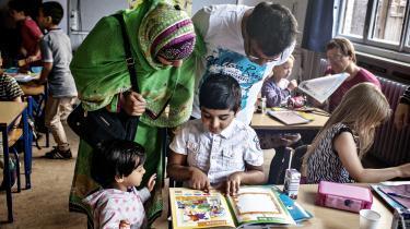Skolen er et af de steder, hvor indvandrerbørn fastholder hinanden i gamle normer og vaner. F.eks kan det være et pres om ikke at spise svinekød eller at holde fri fra skolen den første dag i den muslimske højtid Eid
