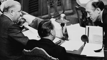 Det, Per Hækkerup (t.v.) i sin tid mente med, at SF skulle under ansvarets åg, var, at venstrefløjen skulle presses til acceptere den socialdemokratiske opfattelse af, at regeringsopgaven består i at administrere kapitalismen, fortæller Finn Sørensen (EL) ved en reception for den nye bog 'De røde flertal' om venstrefløjens problemer ved at komme til magten.