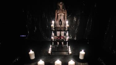 Et dekadent, erotisk betonet efterliv venter dem, der tager på rejse i performancen og kunst-virtual reality-oplevelsen 'Doom Room' på natklubben Chateau Motel