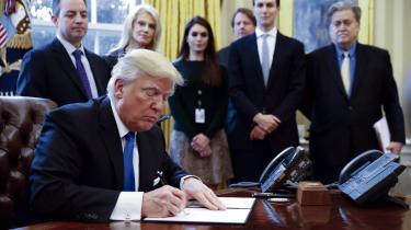 Præsident Trump har underskrevet flere dekreter som sine første præsidentielle handlinger.