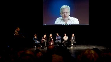 Initiativet til bevælgesen DiEM25 er taget af den tidligere græske finansminister Yanis Varoufakis (tv.), som oprindeligt også deltog i Plan B-bevægelsen. Målet for DiEM25 er at skabe et mere demokratisk EU, som bedre kan løse udfordringer omkring gæld, øget fattigdom, flygtninge og banksektoren. Til opstarten februar sidste år på Volksbühne-teateret i Berlin deltog den australiske aktivist Julian Assange via en internetforbindelse.